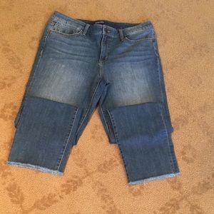 NWOT Bandolino cropped jeans with frayed hem.